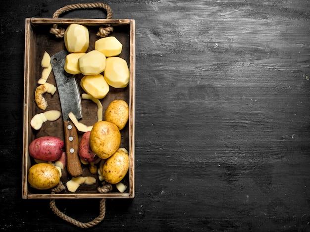 Świeże Ziemniaki Na Tacy. Na Czarnej Tablicy. Premium Zdjęcia
