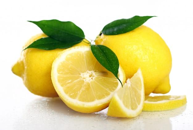 Świeże żółte Cytryny Na Bielu Darmowe Zdjęcia