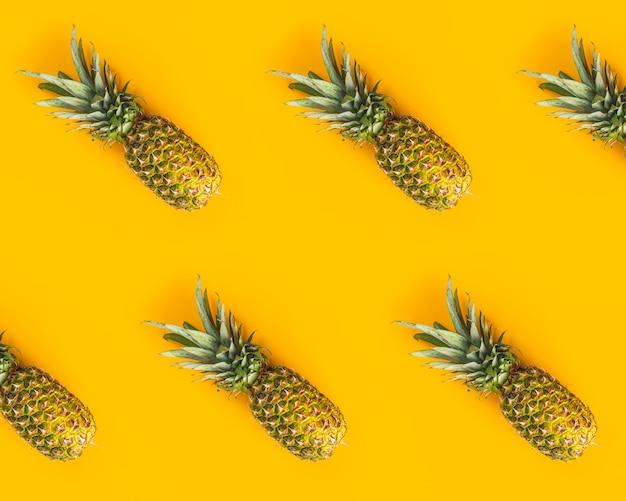 Świezi Dojrzali Ananasy Na żółtym Tle. Kreatywne Mieszkanie Leżało Z Miejsca Kopiowania Premium Zdjęcia