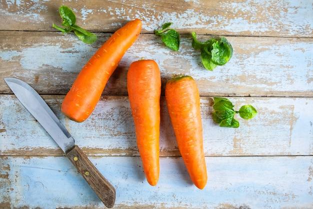 Świezi Marchwiani Warzywa Na Drewnianym Stole Premium Zdjęcia