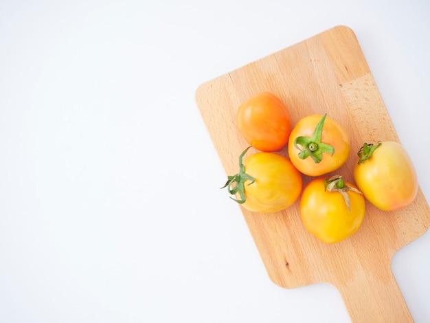 Świezi Pomidory Na Drewnianej Tnącej Desce. Premium Zdjęcia
