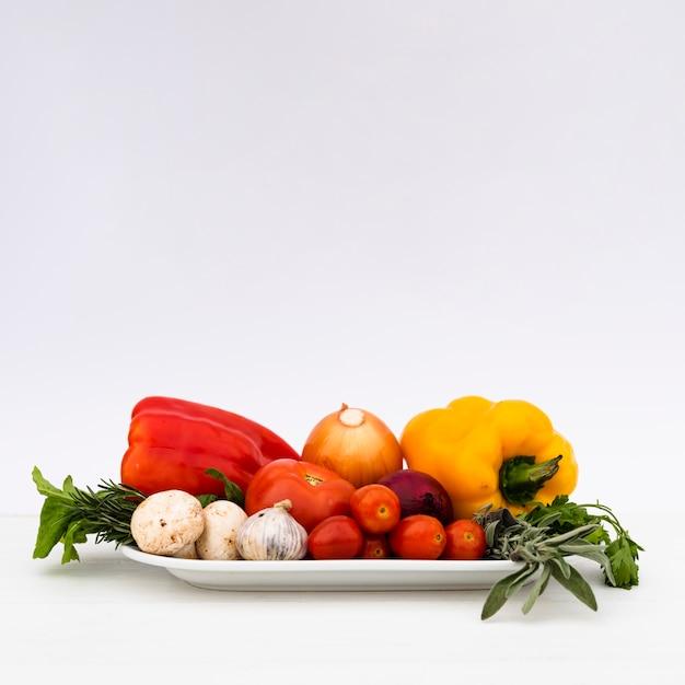 Świezi Zdrowi Surowi Warzywa W Tacy Na Białym Tle Darmowe Zdjęcia