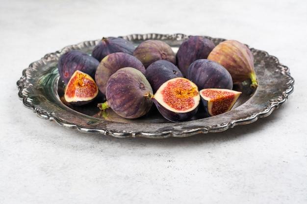 Świeżo Pokrojone Figi W Całości Premium Zdjęcia