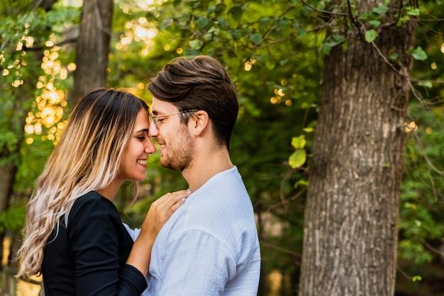 Świeżo zakochana para idzie na wspólne planowanie życia. Premium Zdjęcia