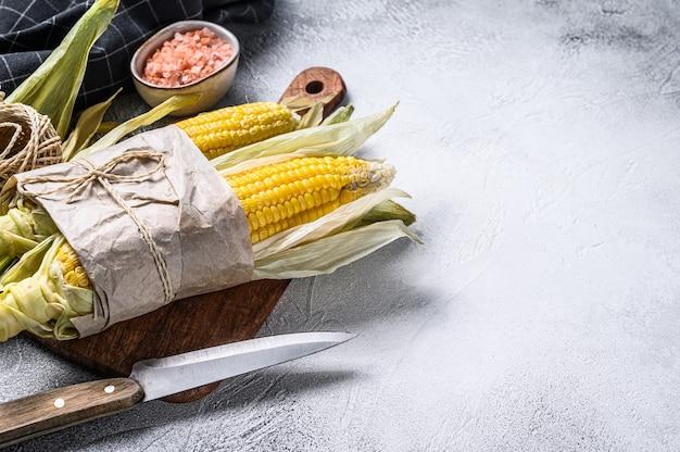 Świeżo Zebrane Kolby Kukurydzy Na Targu, Lokalne Warzywa. Szare Tło. Widok Z Góry. Premium Zdjęcia