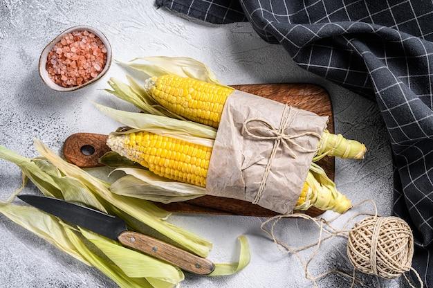 Świeżo Zebrane Kolby Kukurydzy Na Targu, Lokalne Warzywa. Szare Tło. Premium Zdjęcia