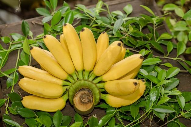 Świeży banan na stole Darmowe Zdjęcia