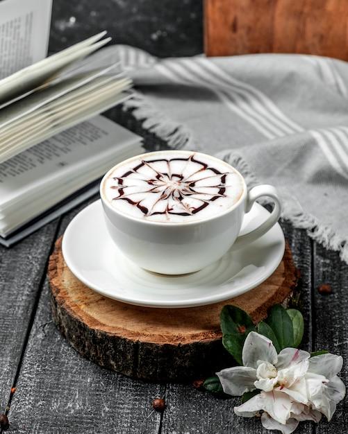 Świeży Cappuccino Na Stole Darmowe Zdjęcia