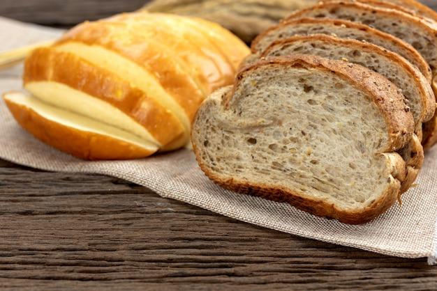 Świeży Chleb I Pszenica Oraz żółty Chleb Ziemniaczany Premium Zdjęcia