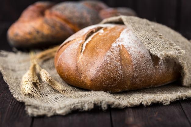 Świeży Chleb Na Stole. Domowy Chleb.. Premium Zdjęcia
