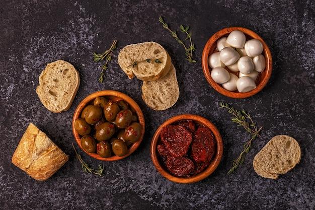 Świeży Chleb Z Przekąskami Premium Zdjęcia