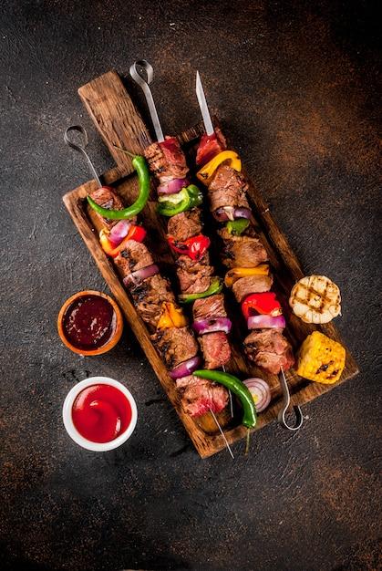 Świeży, Domowej Roboty Na Grillu Grillowany Mięsny Szaszłyk Wołowy Z Warzywami I Przyprawami, Z Sosem Grillowym I Keczupem, Premium Zdjęcia