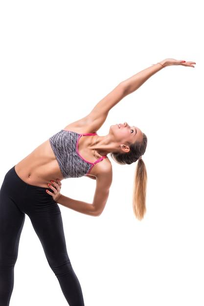 Świeży Energiczny Kobieta Fitness Kobieta Aerobik Robi Różne ćwiczenia Rozciągające Się Na Ramionach Darmowe Zdjęcia