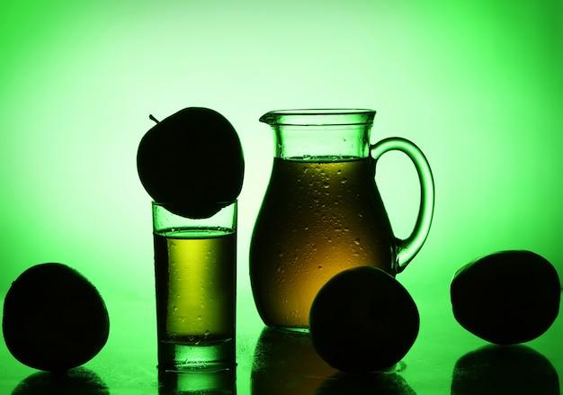 Świeży I Zimny Sok Jabłkowy W Zielonym świetle Darmowe Zdjęcia