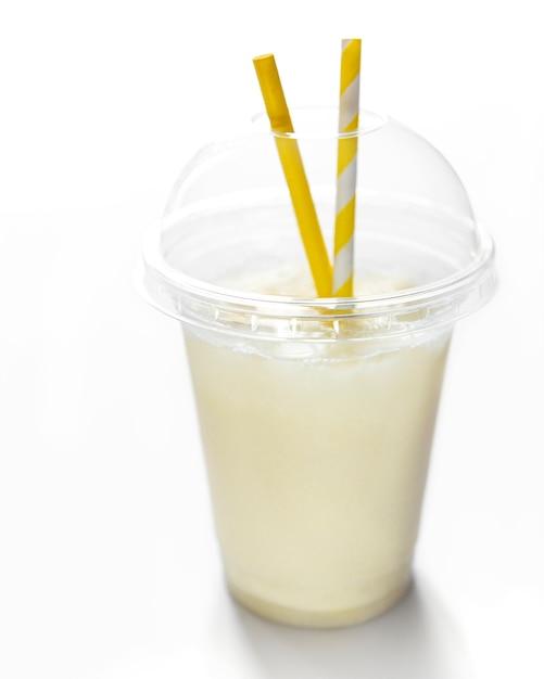 Świeży Koktajl Alkoholowy Pina Colada Podawany Na Zimno Z Kokosem I Bananem Na Białej Powierzchni Premium Zdjęcia