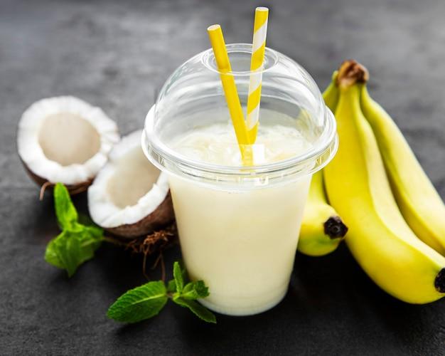 Świeży Koktajl Alkoholowy Pina Colada Podawany Na Zimno Z Kokosem I Bananem Premium Zdjęcia