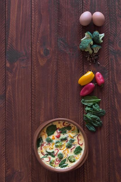 Świeży Omlet Przygotowany Z Warzywami I Szpinakiem Premium Zdjęcia