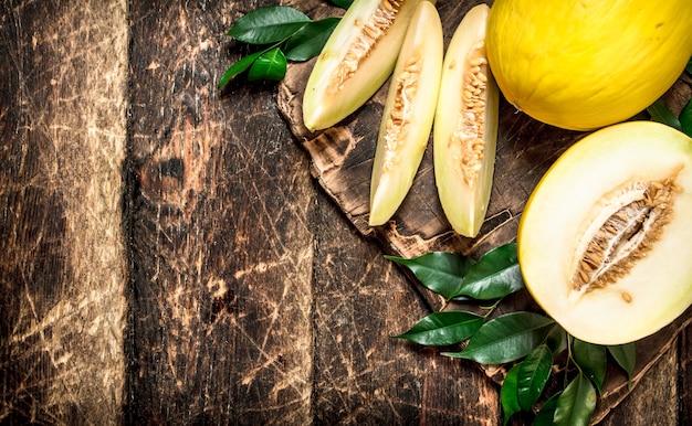 Świeży, Pachnący Melon. Na Drewnianym Tle. Premium Zdjęcia