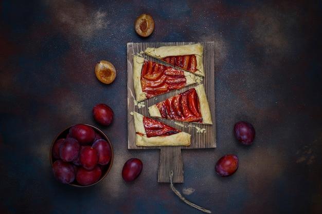 Świeży śliwkowy Galette Kulebiak Z Surowymi śliwkami Na Zmroku Darmowe Zdjęcia