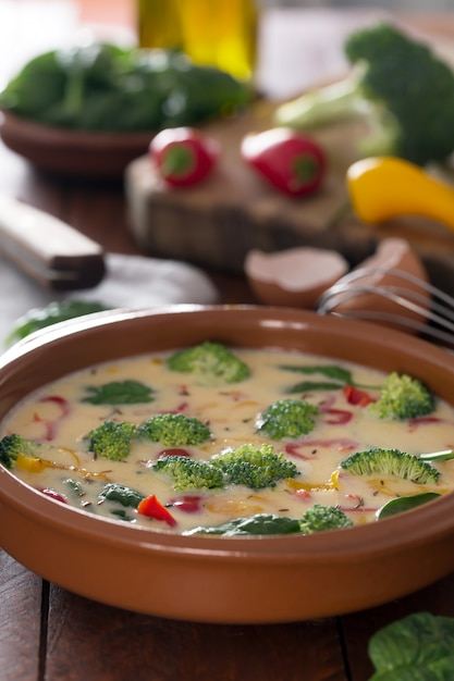 Świeży Surowy Omlet Przygotowany Z Warzywami I Szpinakiem Premium Zdjęcia