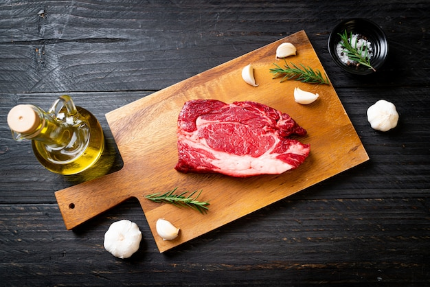 Świeży Surowy Stek Wołowy Premium Zdjęcia