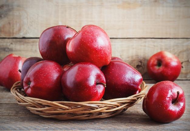 Świeży Zbiór Jabłek. Koncepcja Owoców Natury. Premium Zdjęcia