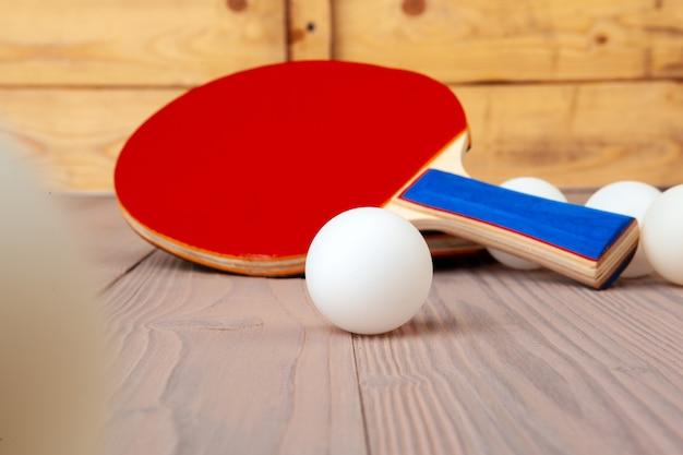 Śwista Pong Wyposażenie Na Drewnianym Stołu Zakończeniu Up Premium Zdjęcia