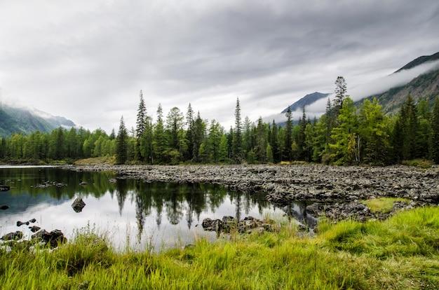 Syberia. Piękny Zielony Mgły Jezioro W Lesie. Buriacja Premium Zdjęcia