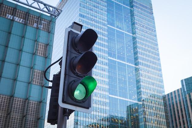 Sygnalizacja świetlna w transporcie miejskim w londynie Premium Zdjęcia