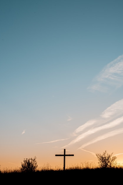 Sylwetka Drewniany Krzyż Na Trawiastym Wzgórzu Z Pięknym Niebem Darmowe Zdjęcia