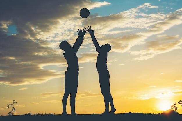 Sylwetka dzieci grać w piłkę nożną Darmowe Zdjęcia