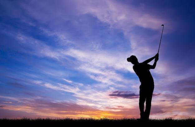 Sylwetka Golfista Gry W Golfa Podczas Piękny Zachód Słońca Premium Zdjęcia