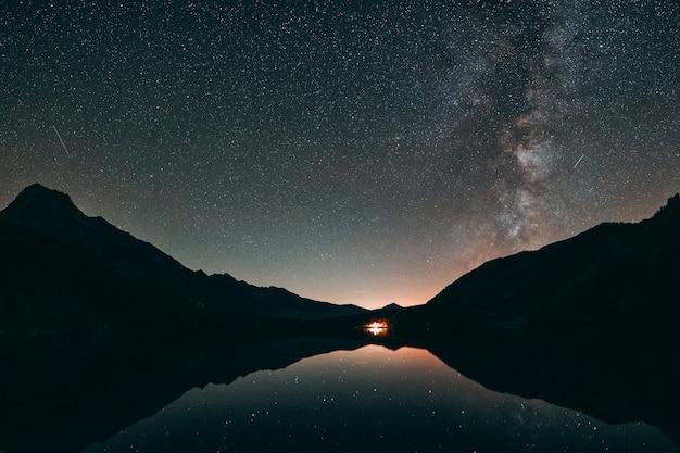 Sylwetka Góry I Spokojny Zbiornik Wodny Darmowe Zdjęcia