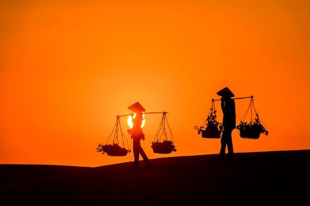 Sylwetka Handlarza Domokrążcy Przez Pustynię Mui Ne W Wietnamie Premium Zdjęcia