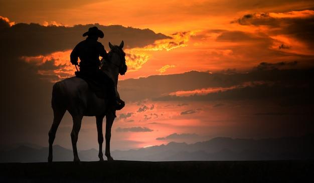 Sylwetka Kowboj Na Koniu. Ranczo Premium Zdjęcia