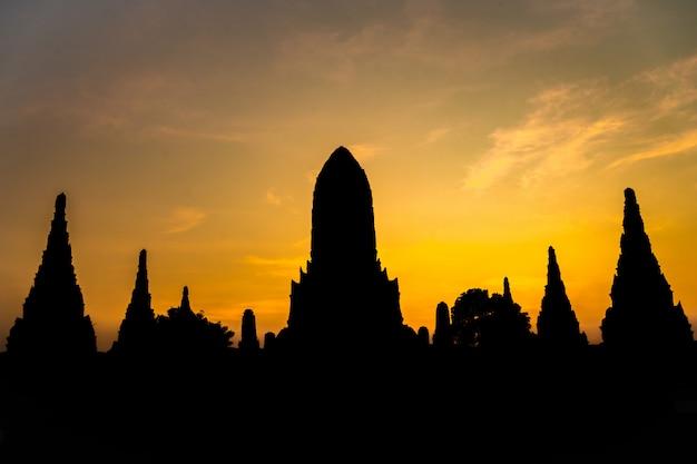 Sylwetka kształt wat chaiwatthanaram antyczna świątynia w ayudhya tajlandia atrakci turystycznej Premium Zdjęcia