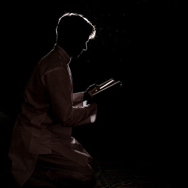 Sylwetka Mężczyzna Czytanie W Koranie Premium Zdjęcia