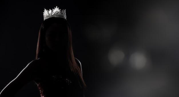 Sylwetka miss pageant contest z diamentową koroną Premium Zdjęcia