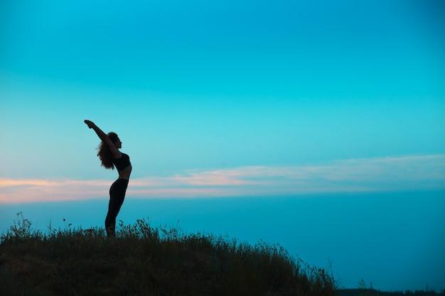 Sylwetka Młodej Kobiety ćwiczy Jogę Darmowe Zdjęcia