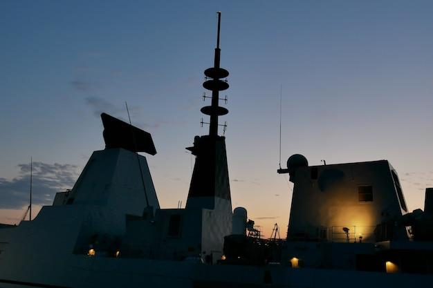 Sylwetka Okrętu Wojennego O Zachodzie Słońca Premium Zdjęcia