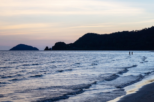 Sylwetka Para Nad Powierzchnią Fali Morza Premium Zdjęcia