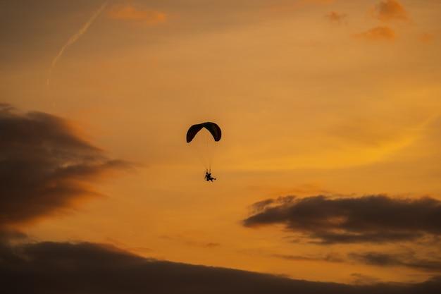 Sylwetka paramotor o zachodzie słońca Premium Zdjęcia