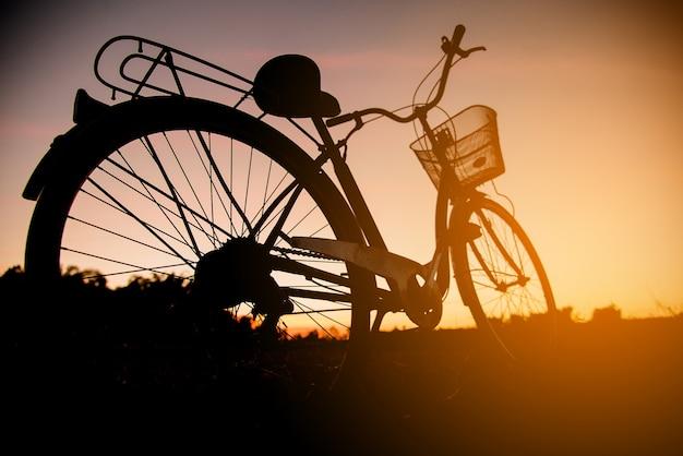 Sylwetka rocznika rower przy zmierzchem Darmowe Zdjęcia