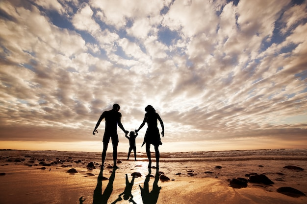 Sylwetka Rodziny Bawiące Się Na Plaży Darmowe Zdjęcia