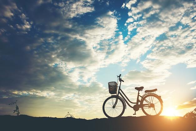 Sylwetka rowerowy parking na górze Darmowe Zdjęcia