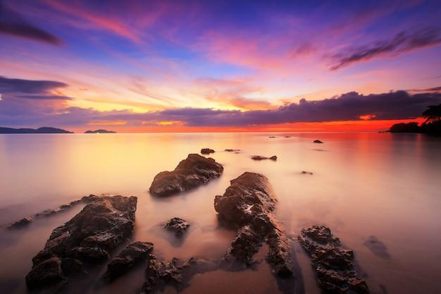 Sylwetka seascape z zmierzchu niebem, długi prędkości ujawnienie, tarn-khu plaża przy trata, tajlandia Premium Zdjęcia