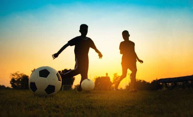 Sylwetka sport działania na świeżym powietrzu z grupy dzieci, zabawy Premium Zdjęcia