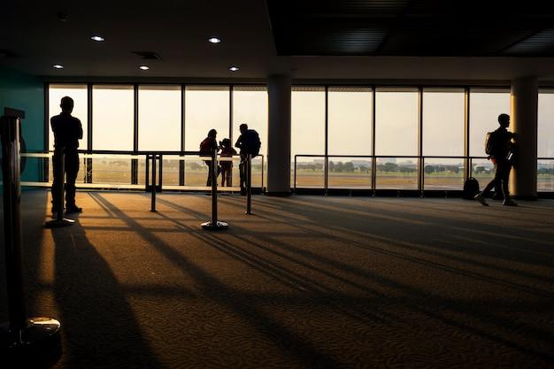 Sylwetka Turysta Przy Terminal Airtport Przy Wschodem Słońca Premium Zdjęcia