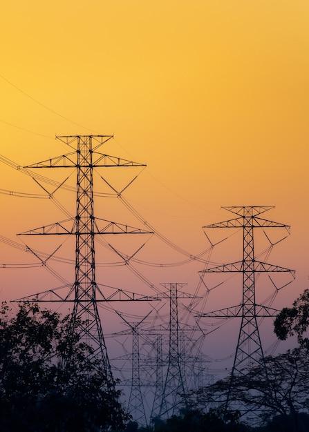 Sylwetka Wysokonapięciowi Słupy Elektryczne Na Zmierzchu Niebie Premium Zdjęcia