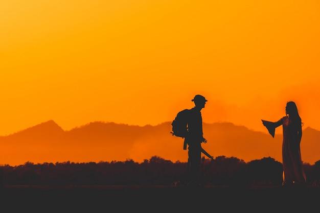 Sylwetka Zespołu żołnierza W Niebo Zachód Słońca. żołnierz Z Patrolowaniem Karabinu Maszynowego Premium Zdjęcia